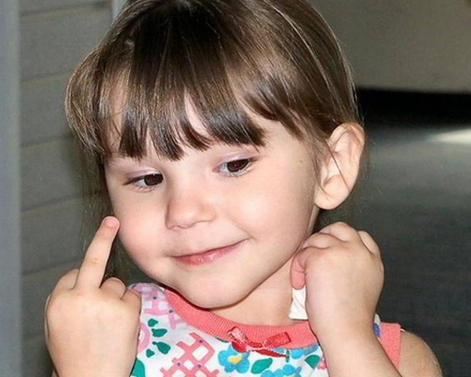 Niña mostrando el dedo del medio