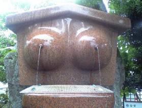 escultura divertida de dos fuentes