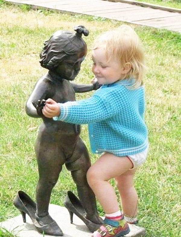 La mejor de todas las esculturas divertidas, una niña bailando